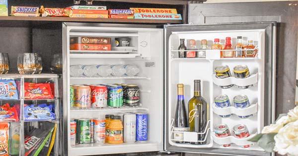 cách sắp xếp đồ trong tủ mát minibar